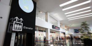 神戸空港のEVシャフトの壁面に大きく表示したEVのピクトグラム