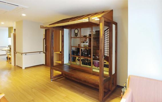 認知症高齢者のため特養に設置した昭和30年代の居間と縁側を再現した休憩スペース
