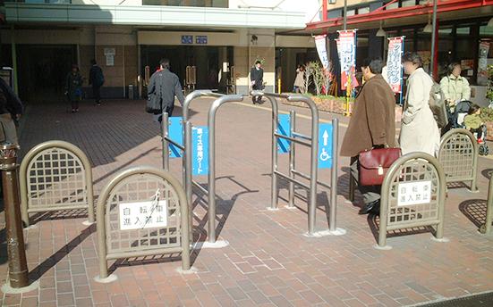 神戸市のJR兵庫駅前に設置されている自転車進入防止柵と車イス専用ゲート