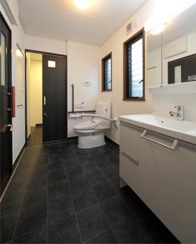 NATS環境デザインが設計した住宅改修のユニバーサルデザインのトイレ
