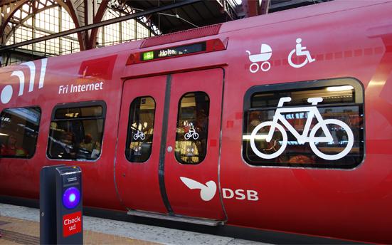 自転車ごと乗車できるデンマークの電車のボディサイン