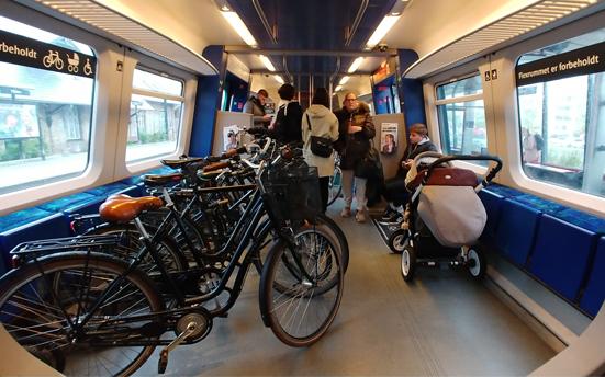 自転車ごと乗車できるデンマークの電車の内部