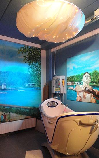 機械浴槽の物々しさを軽減するため、浴室内をスヌーズレンルームにした、オランダの認知症高齢者住宅