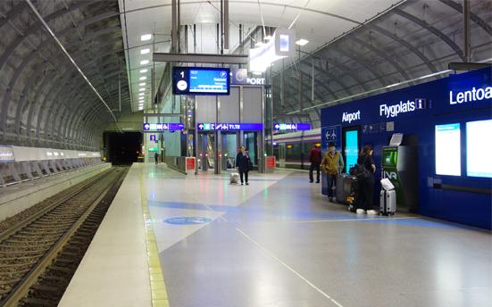 サインの色が統一されているヘルシンンキ空港駅のホーム